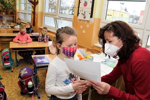 Vysvědčení dostávali dnes jen žáci 1. a 2. ročníků. Foto: Martin Polák