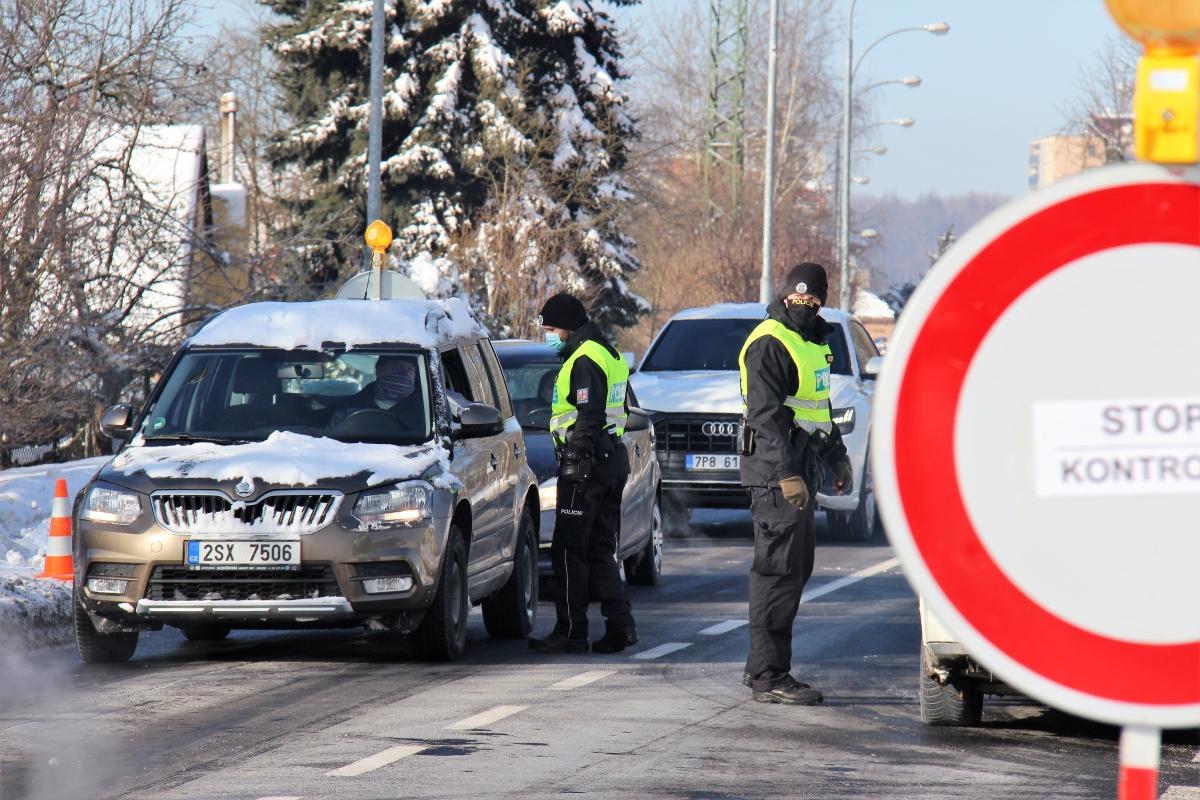 Policejní kontroly u výjezdu Chodova. Foto: Martin Polák