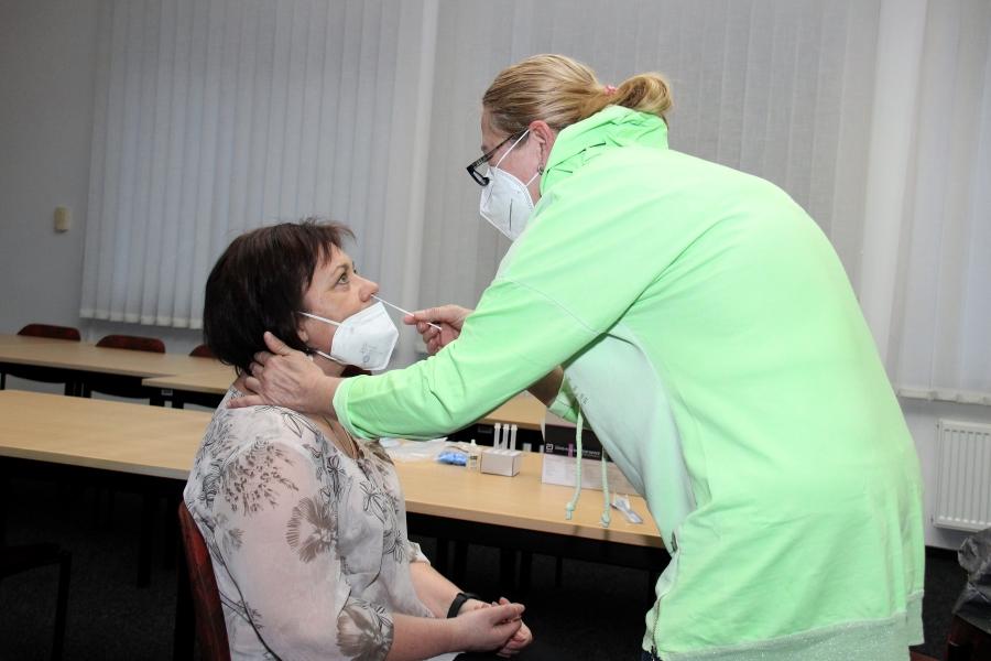 Testování v zasedací místnosti chodovské radnice. Foto: Martin Polák