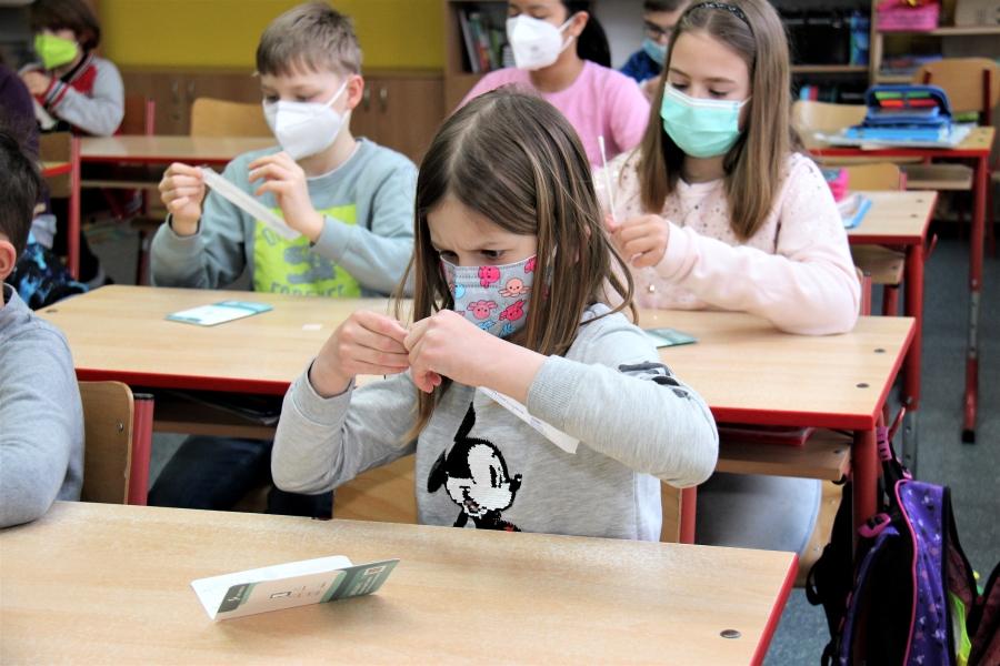 Čtvrteční testování žáků ve škole J. A. Komenského. Foto: Martin Polák