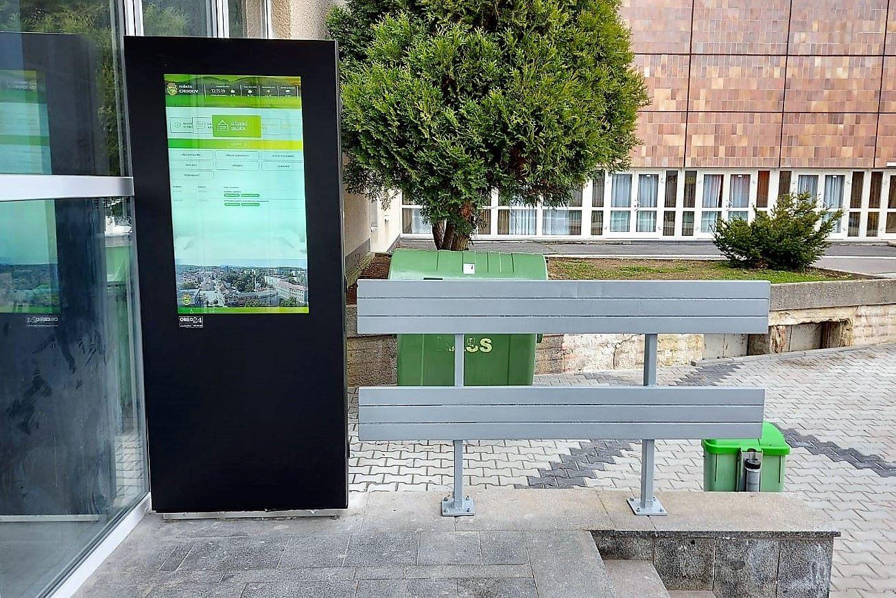 Elektronická úřední deska stojí u vchodu do kina. Foto: Martin Polák