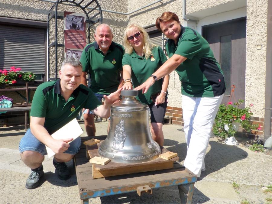 Členové spolku při přebírce zvonu v Brodku u Přerova. Foto: HS Solles