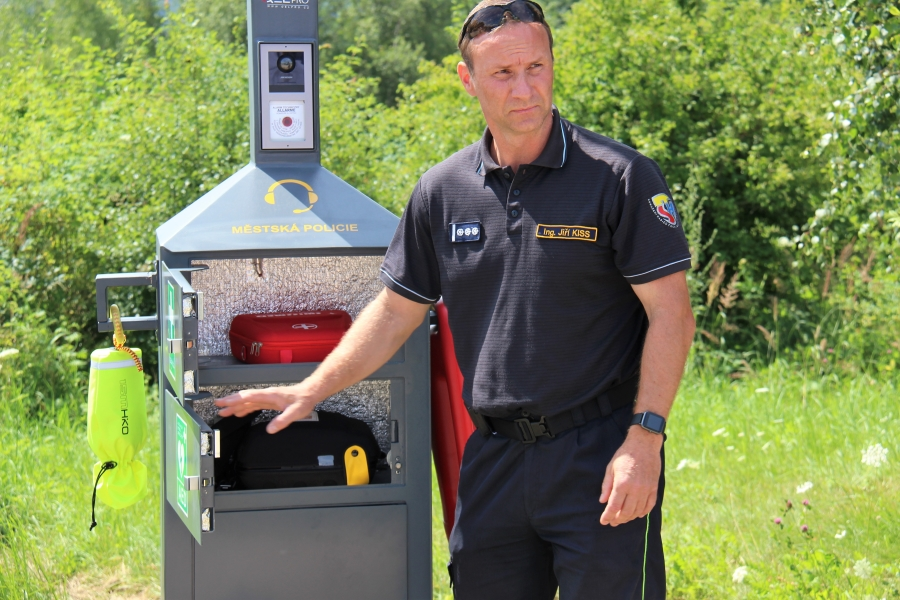 Velitel chodovských hasičů Jiří Kiss předvádí vybavení záchranného bodu. Foto: Martin Polák