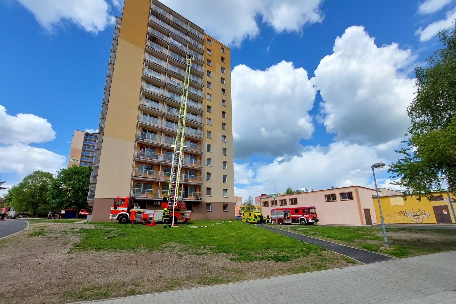 Zásah u věžového domu ve Školní ulici. Foto: SDH Chodov