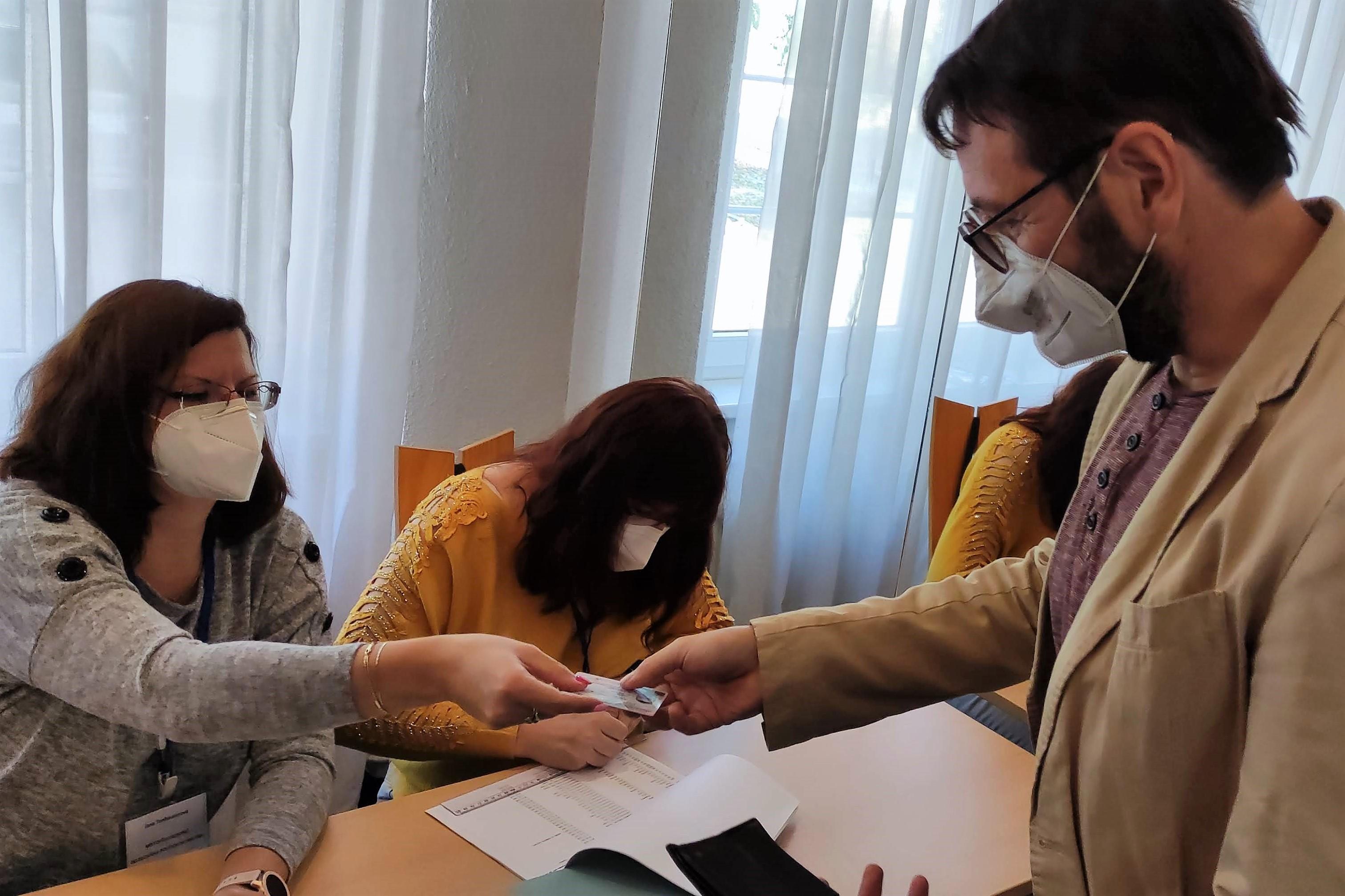 Mezi prvními volil také starosta Patrik Pizinger. Foto: Martin  Polák